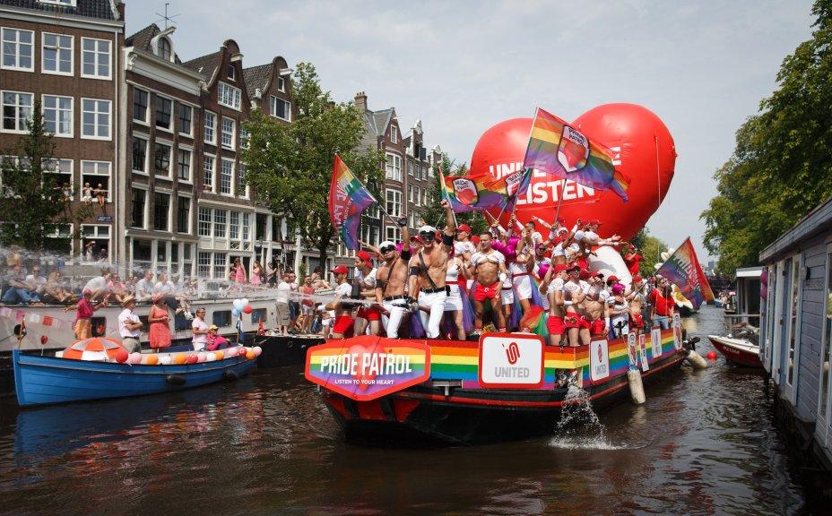 Em Amsterdam, a Parada LGBT acontece nos canais que cortam a cidade