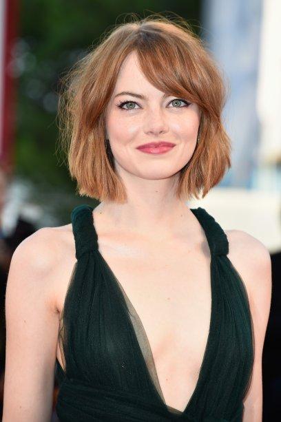 Com uma leve franja lateral, a atriz desfilou cabelos curtíssimos navalhados no Festival de Cinema de Veneza.