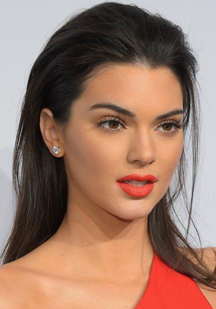 <strong>Kendall Jenner:</strong> o casadinho de roupa e maquiagem, como mostra a modelo em seu look alaranjado, é perfeito para festas.