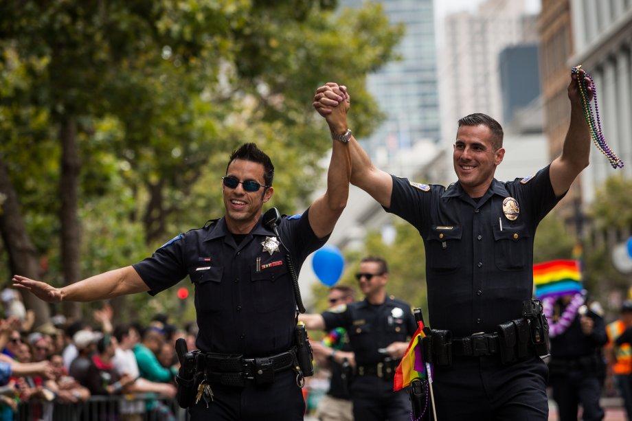 Os policiais Jeff Kuhlmann, a esquerda, marcha com o namorado David Ayala, também policial, em São Francisco, nos EUA.