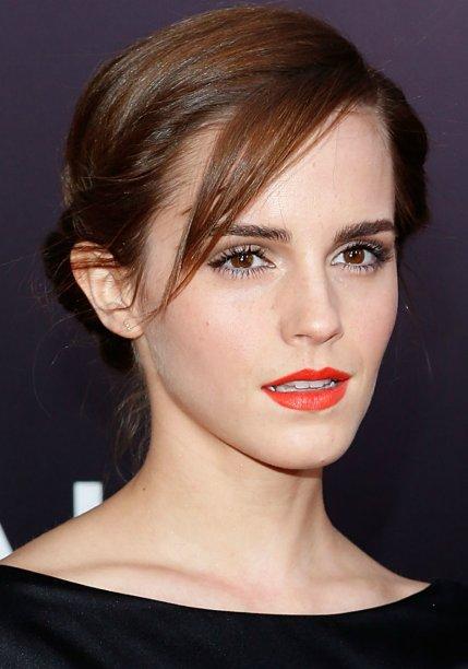 <strong>Emma Watson:</strong> no dia a dia, que tal dispensar o nude e arrematar a maquiagem básica, composta por máscara de cílios e sombra marrom, com batom laranja?