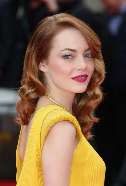 Old Hollywood glam ruivo! Como não amar? Curiosidade: sabiam que os figurinistas de <em>La La Land</em> se inspiraram neste look amarelo de Emma para fazerem o vestido característico de Mia?