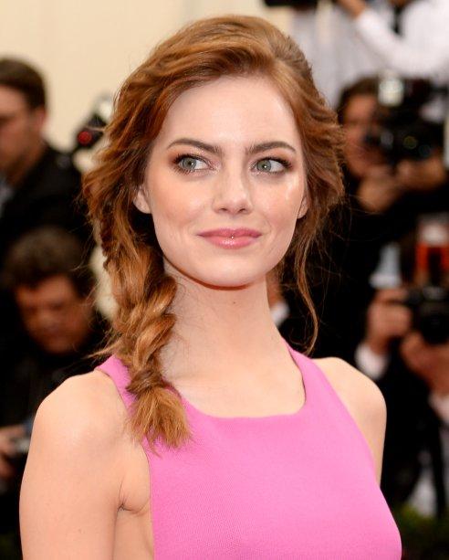 Na mesma vibe de cabelos ruivos e longos - os mais famosos de Emma -, não podíamos deixar de colocar essa trança desconstruída.