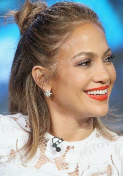<strong>Jennifer Lopez:</strong> dona de uma energia contagiante, a atriz e cantora, sempre ousada, finaliza o make com uma camada generosa de gloss.