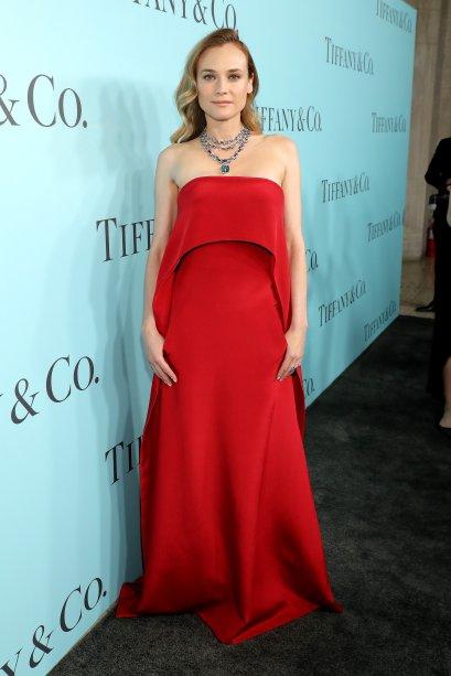 Usando um longo vermelho para um baile de gala da Tiffany & Co., de abril de 2016.