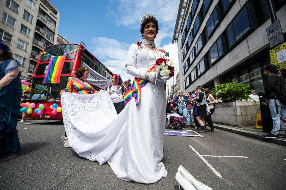 Essa é a 'Rainha Alexandra', personagem de Stephen Stephenson-Spencer, manifestando seu orgulho em Londres, na Inglaterra