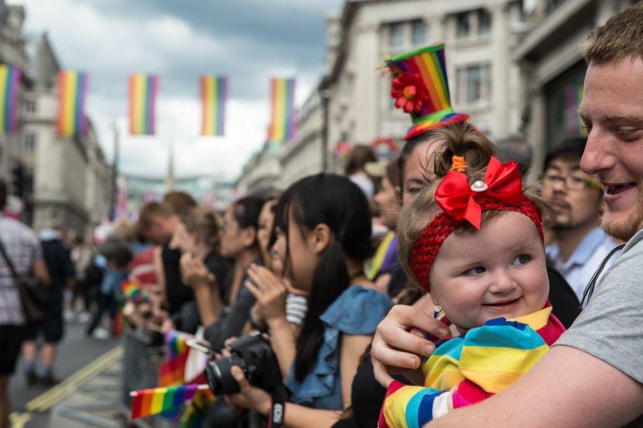 A pequena  Daisy Thwait, então com 1 ano, assiste no colo do pai à Parada LGBT de Londres, na Inglaterra.