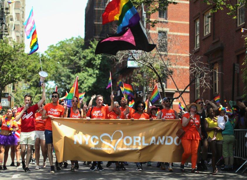 """A Parada LGBT de Nova York aconteceu poucos dias após o trágico massacre que vitimou mais de 50 pessoas na boate Pulse, em orlando. Na faixa, está escrito """"A Cidade de Nova York ama Orlando"""""""