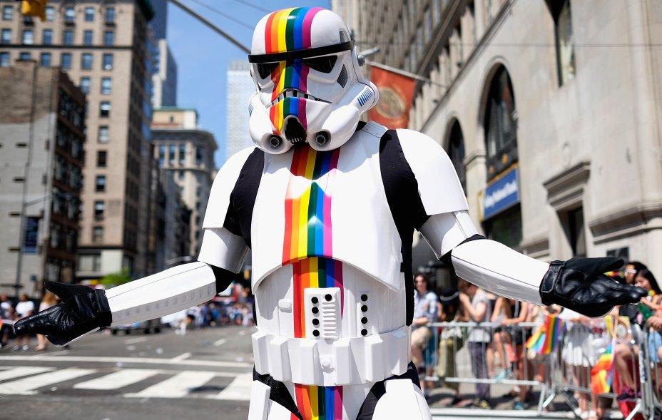 Stormtrooper LGBT marcha na Parada LGBT de Nova York, em 2016