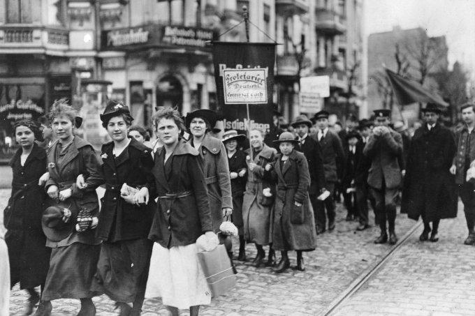 Demonstração de trabalhadoras jovens na França, em 1919