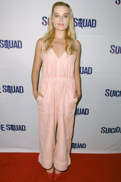 <span>Para a block party do longa <em>Esquadrão Suicida (2016)</em>, a atriz escolheu um macacão soltinho rosa claro e escarpins vermelhos. Com make minimalista monocromático e cabelo solto com uma leve trança, Margot estava linda!</span>