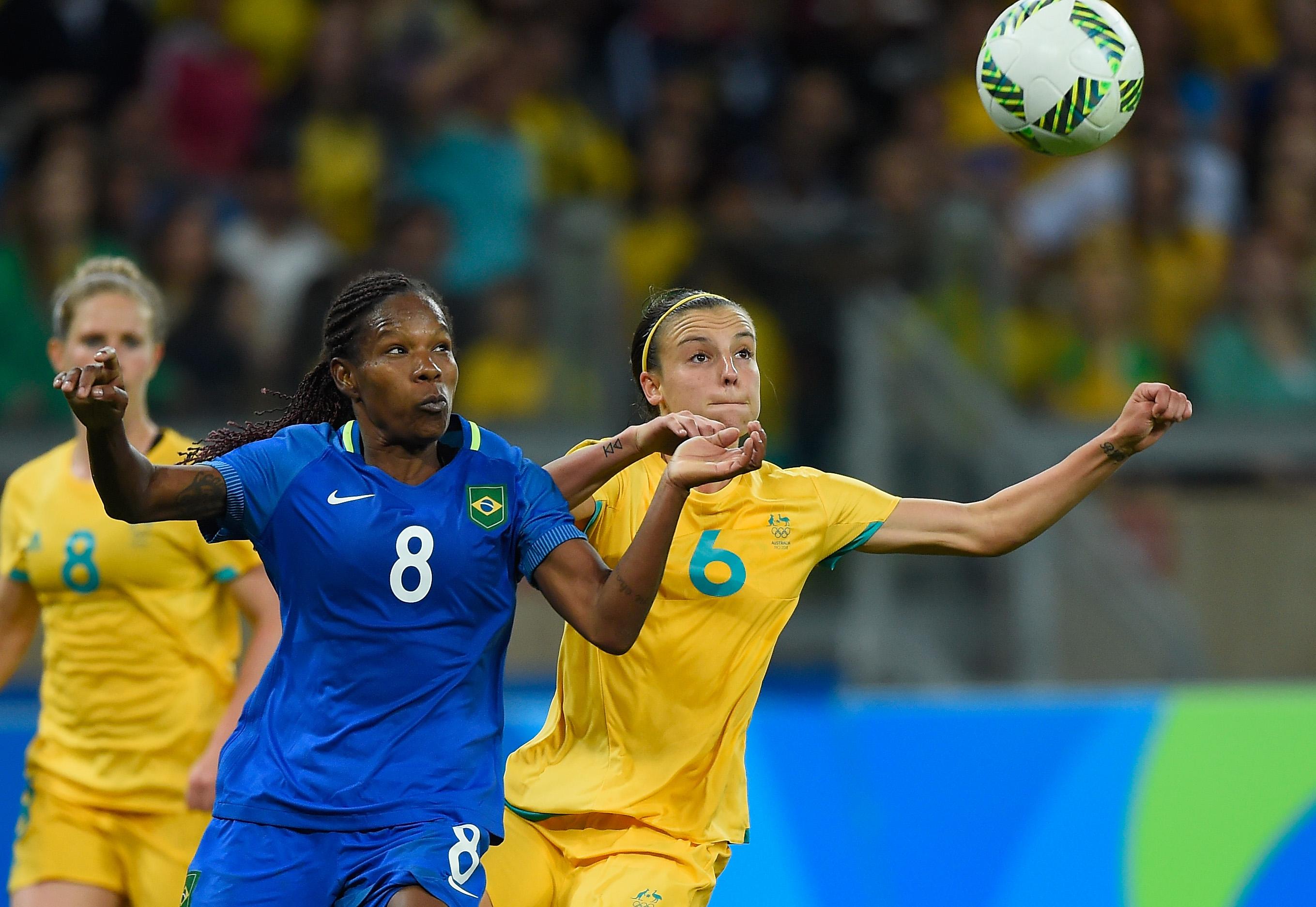 Formiga, da seleção brasileira, disputando bola com Chloe Logarzo, da Austrália, durante jogo das quartas de final das Olimpíadas, em 2016.