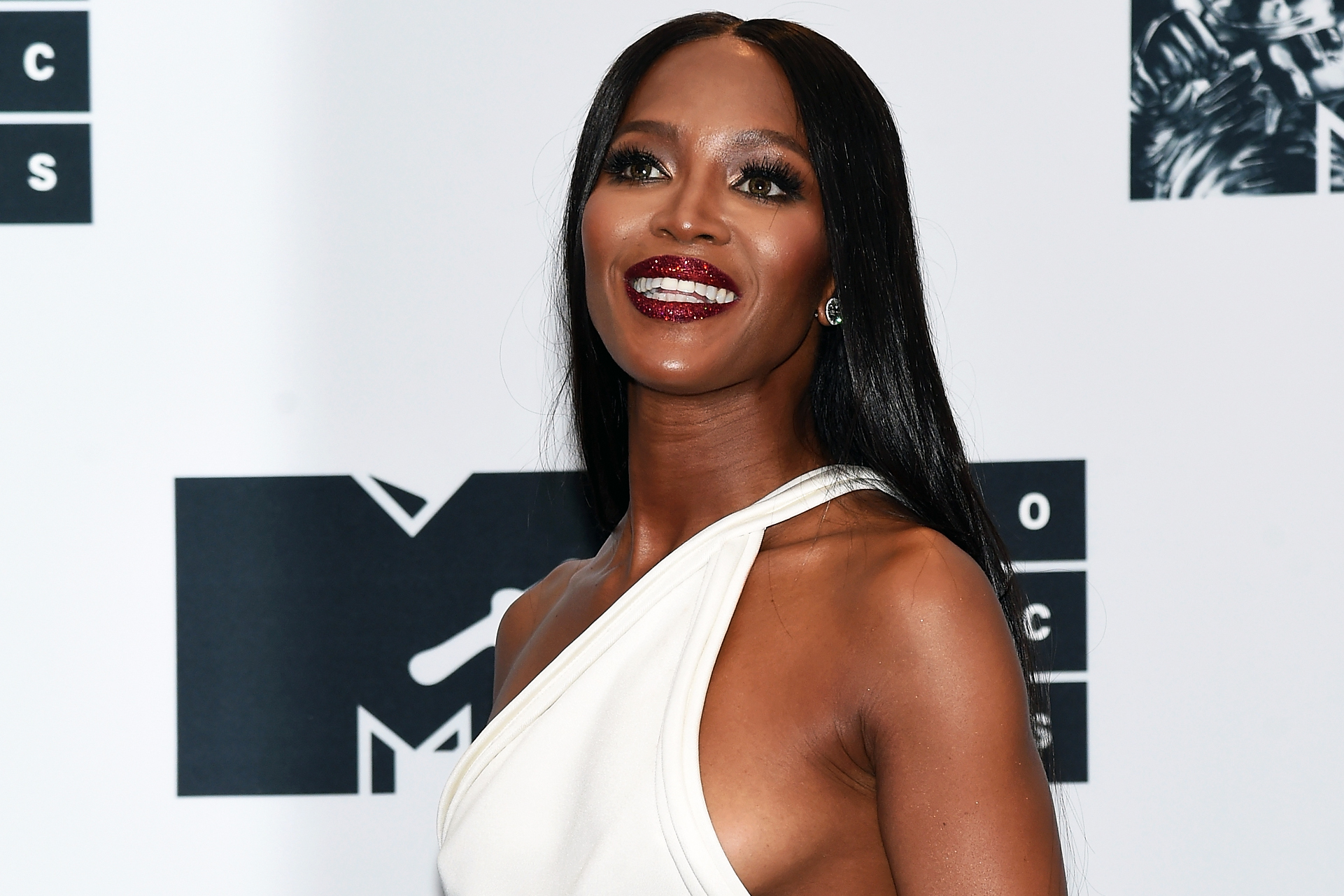 NEW YORK, NY - AUGUST 28: Naomi Campbell attends the Press Room at the 2016 MTV Video Music Awards at Madison Square Garden on August 28, 2016 in New York City. (Photo by Jamie McCarthy/Getty Images)
