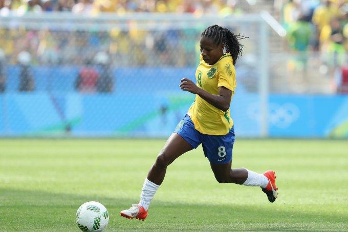 A jogadora Formiga, da Seleção Brasileira, com posse de bola durante o jogo entre Brasil e Canadá nos Jogos Olímpicos de 2016.