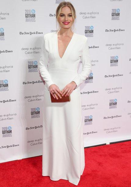 Margot Robbie veste Calvin Klein.