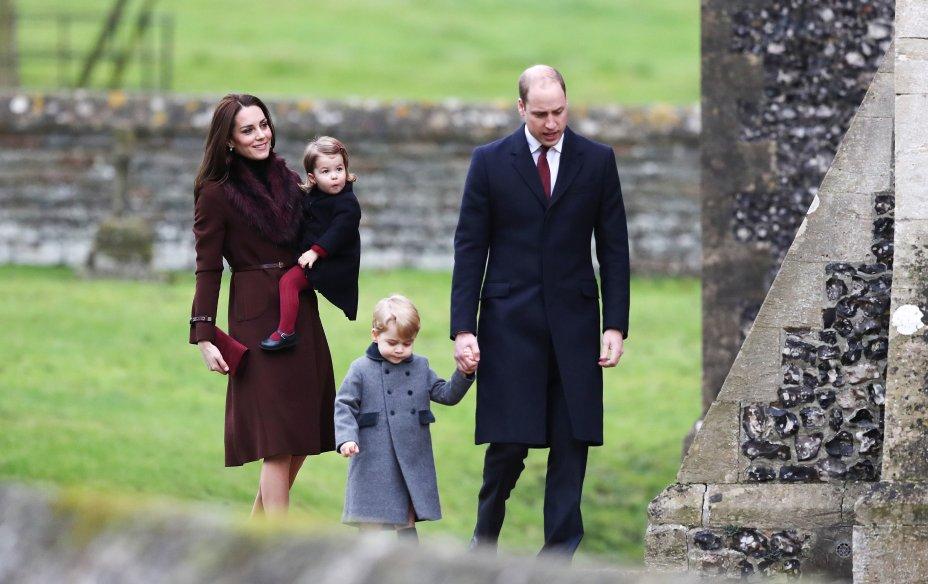 Com os filhos, Charlotte e George, durante o Natal de 2015.