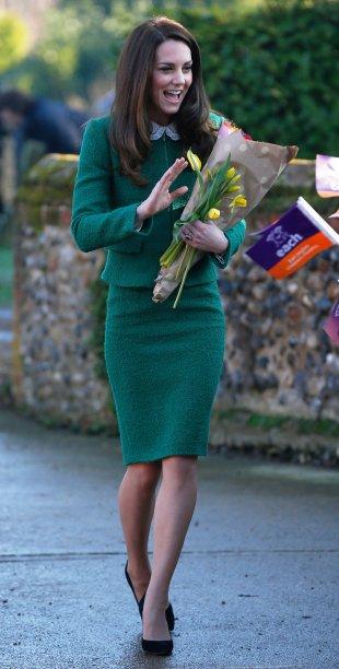 <strong>25 de dezembro de 2016 </strong>– Com a pequena Charlotte no colo, Kate Middleton compareceu à tradicional missa de Natal da família real britânica vestindo um casaco <em>burgundy</em> da etiqueta<strong> Hobbs</strong>. O detalhe de pelos no decote adiciona sofisticação.