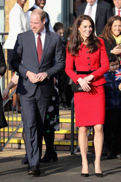 <strong>17 de janeiro de 2017</strong><span> - Pela manhã, a duquesae os príncipes William e Harry participaram de uma coletiva do<em>Heads Together</em>, projeto da realeza britânica sobre saúde mental. Na data,</span>Kate apostou em acessórios <em>burgundy</em> e vestido estampado da <strong>Erdem</strong>. O fundo escuro, as mangas longas e o decote fechado do modelotrouxeram sobriedade à produção.