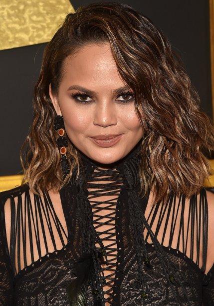 <strong>Chrissy Teigen:</strong> A modelo debutou o corte bob com textura natural. No make, destaque para os olhos esfumados com preto e marrom. Gloss caramelo e blush pêssego arremataram.