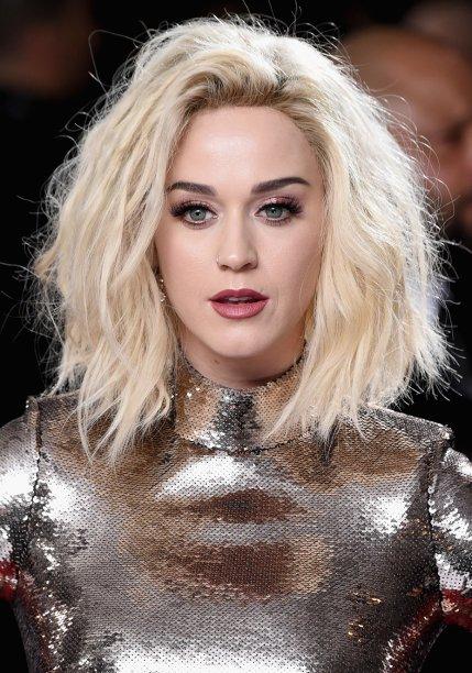 <strong>Katy Perry:</strong> A cantora deu destaque ao visual recém-platinado com um penteado messy e volumoso. Os olhos protagonizaram a maquiagem graças à sombra brilhante e aos cílios postiços. Na boca, batom rosa.