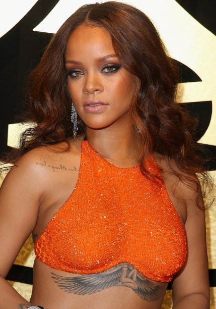 <strong>Rihanna:</strong> A maior bad girl que você respeita estava deslumbrante de cabelos soltos e ondulados cor de chocolate, olhos esfumados com marrom e preto, bronzer nas maçãs e batom com leve brilho.