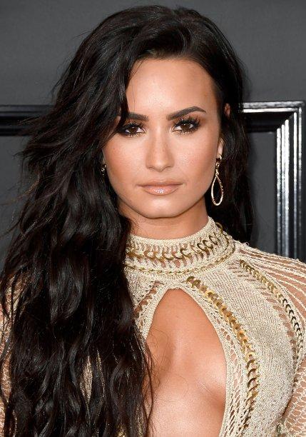 <strong>Demi Lovato:</strong> Os fios longos, usados soltos, ganharam a companhia de olhos esfumados com um toque de dourado rente aos cílios inferiores. Os postiços e o gloss nude deram um toque sexy à produção.