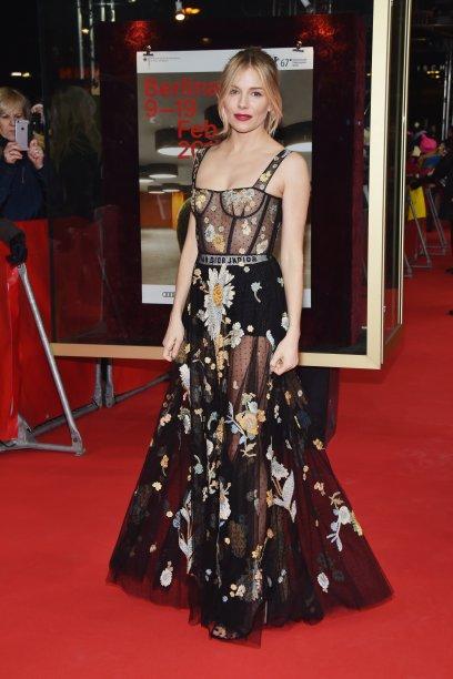 Com um look <b>Dior</b>, a atriz <b>Sienna Miller</b> foi a première do longa <i>The Lost City of Z</i>.