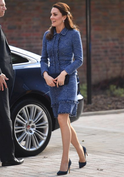 <strong>12 de fevereiro de 2017</strong> - Os Duques de Cambridge roubaram a cena no tapete vermelho do BAFTA, considerado o Oscar britânico. Seguindo a tradição de vestir grifes nacionais em eventos importantes, Kate apostou em um modeloombro a ombro da <strong>Alexander McQueen</strong>, mesma etiqueta de seu vestido de noiva. Coque clássico e volumoso e joias exuberantes - maxibrincos e pulseira - finalizaram o look de gala.