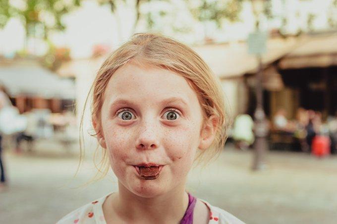 Garota comendo chocolate