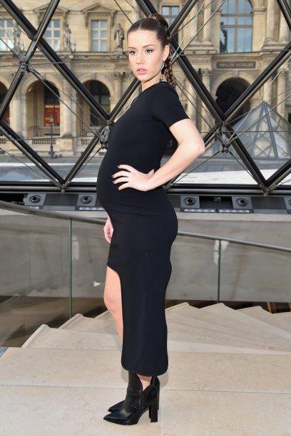 <strong>Adèle Exarchopoulos</strong> // Famosapor seu papel em <em>Azul é a Cor Mais Quente</em>, a atriz francesa debutou a barriguinha de grávida na primeira fila do desfile da Louis Vuitton durante a Semana de Moda de Paris.As botinhas de bico fino e o maxibrinco usado em uma única orelha deixaram o vestido preto assimétrico ainda mais fashionista.