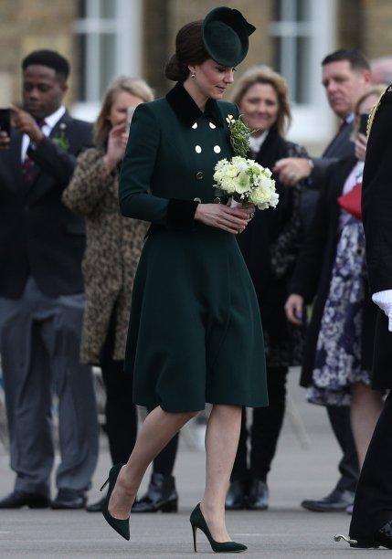 <strong>27 de fevereiro de 2017</strong><span> - Para celebrar a abertura oficial do ano da cultura indiana no Reino Unido, promovido pela Rainha Elizabeth II, a mãe de George e Charlotte investiu em um modelo mídi. O toque fashionistaficou por conta da renda metalizada e dos sapatos cheios de brilho, dignos de princesas da Disney. Para equilibrar o visual, nada além de brincos de pérola e o clássico anel de noivado.</span>