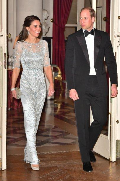 <strong>28de fevereiro de 2017</strong><span> -Em visita a uma Casa Ronald McDonald, em Londres, a Duquesa de Cambridge exibiu conjunto de casaqueto e saia de tweed azul. A tonalidade se fez presente no resto do look de Kate - no anel e nos brincos de safira e nos escarpins marinho -, compondo um visual clássico e elegante.</span>