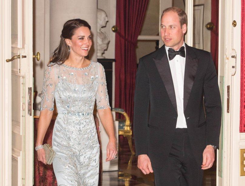 Kate arrasa em qualquer lugar que vai! Para a recepção que tiveram na Embaixada Britânica em Paris, a duquesa usou um vestido preto <b>Alexander McQueen</b>.<b></b>