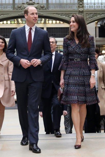 Foco para o look todo <b>Chanel</b> que Kate Middleton usou durante o segundo dia em Paris.<b></b>