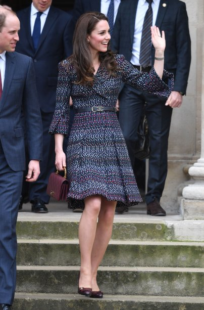 <strong>09 de março de 2017</strong> - Em cerimônia dedicada a militares que serviram o Reino Unido em conflitos no Iraque e Afeganistão, Kate Middleton mostrou o efeito que um bom acessório exerce sobre o visual. Na ocasião, a mãe de George e Charlotte exibiu chapéu poderoso da<strong> Lock & Co</strong>, casaco da<strong> Michael Kors</strong>, escarpins de camurça e clutch - tudo azul-marinho. Brincos de tanzanita e diamantes arremataram.