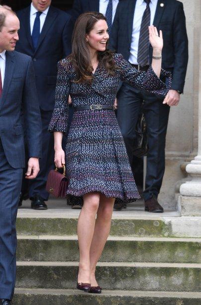 """Kate e William visitaram o evento """"Les Voisins in Action. Os dois se encontraram com estudantes do prejeto<span>Somme, além de jovens fãs de rugby, que até fizeram William tentar alguns passes.</span>"""