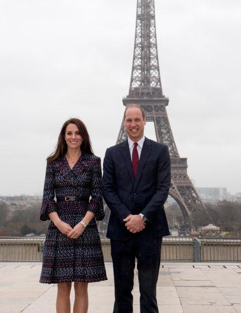 Príncipe William e Kate Middleton em frente à Torre Eiffel.