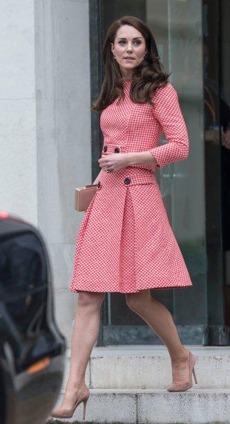 <strong>17 de março de 2017</strong> -Kate Middleton e o Príncipe William participaram de celebrações do St. Patrick's Day em Londres. Como pede a tradição da data, a Duquesa de Cambridge compareceu usando um look verde: vestido-casaco <strong>Catherine Walker</strong>, escarpins de camurça altíssimos, brincos de ônix verde e chapéu.