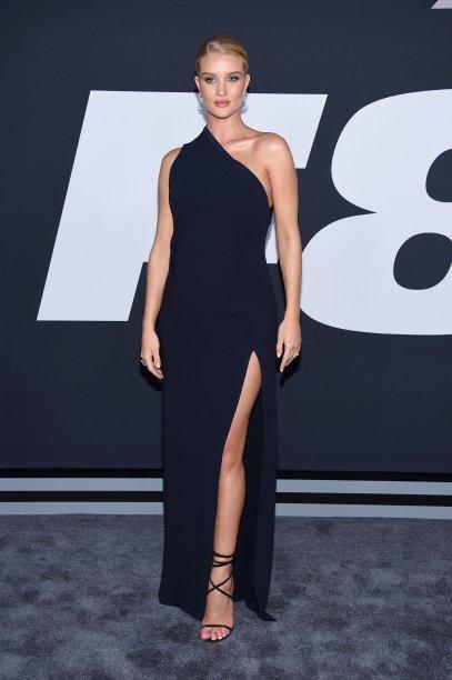<b>Rosie-Huntington-Whiteley</b> // a modelo não abandonou os looks poderosos durante a gestação. Para acompanhar seu marido, o ator Jason Statham, na première nova-iorquina de Velozes e Furiosos 8, Rosie apostou em um longo com fenda Brandon Maxwell.