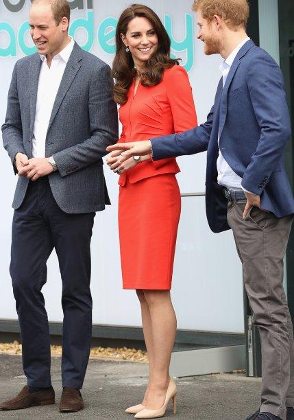 <b>4 de abril de 2017</b>- Kate surpreendeu ao escolherovestido <b>Marchesa </b>em renda p<span>ara ir a um evento beneficente do Hospital Infantil East Anglia, em Londres, instituição de qual é patrona. De comprimento mídi e com transparências no colo, a peça difere dos vestidos de gala mais clássicosque a Duquesa de Cambridge costuma usar.</span>