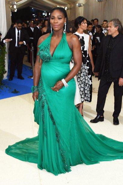 <b>Serena Williams</b><span>// a tenista desfilou a barriga de 5 meses no tapete vermelho do Baile do Met, que aconteceu na última segunda (01). Com um vestido verde Versace, ela atraiu olhares e flashes!</span>