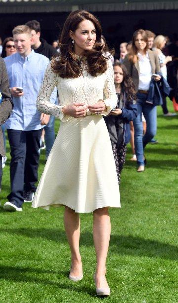 <strong>20de abril de 2017</strong><span> -</span>Pela manhã, Kate Middleton se juntou a William e Harry em um encontro com estudantes. Apesar do corte clássico, o conjunto <strong>Armani</strong> passa longe do óbvio por causa da cor vibrante.