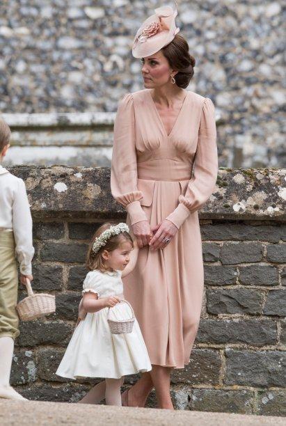 <strong>11 de maio de 2017</strong> - E o quão linda Kate Middleton estava durante a visita a Luxemburgo? A Duquesa de Cambridge, acompanhada de membros da família real e do primeiro-ministro do país, acertou em cheio com look <strong>Emilia Wickstead</strong> azul-bebê e acessórios nude. O ventinho no cabelo foi a cereja do bolo! Poderosa, não é mesmo?