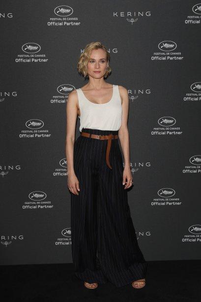 De regata + pantalona de cintura alta + cinto para marcar a cintura - itens de sua coleção cápsula para a Jason Wu - durante um dos eventos do Festival de Cannes, na França, neste ano.