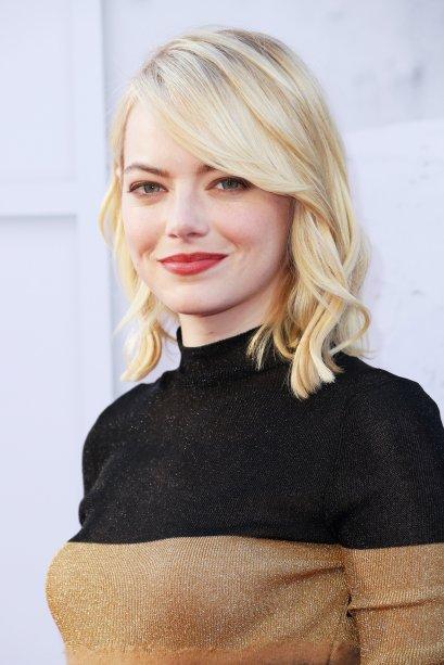 Voltando a cor natural de seu cabelo - se bem que não é possível saber se essa é a tonalidade natural de fato - a atriz voltou a desfilar fios loiríssimos.