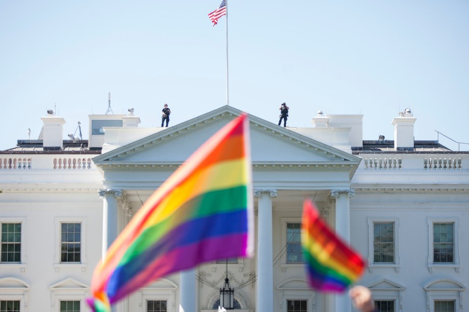 Seguranças de Casa Branca observam a Parada do Orgulho LGBT em Washington, capital dos Estados Unidos, em 2017