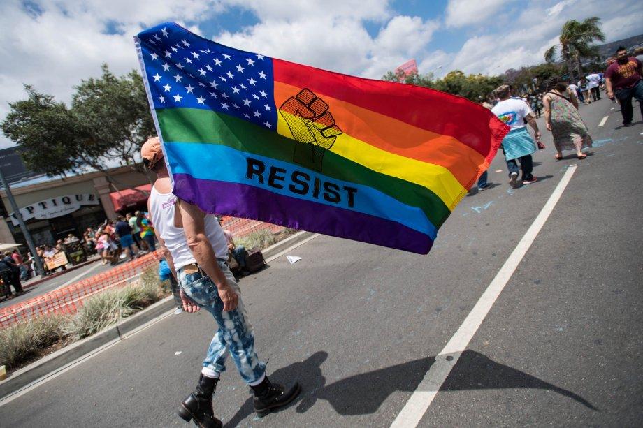 """""""Resista"""", diz a bandeira do ativista na Parada do orgulho LGBT de Los Angels, em 2017"""