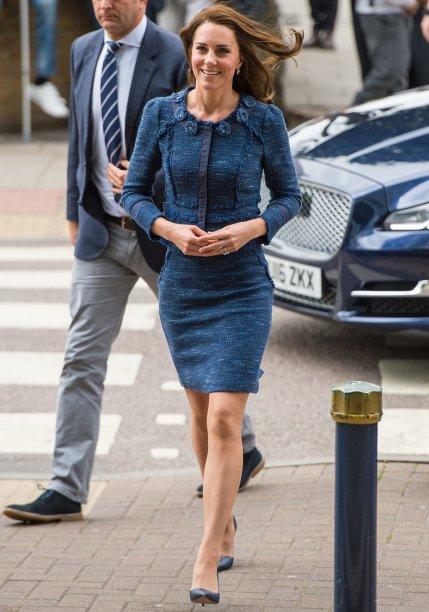 <strong>17 de maio de 2017</strong><span> - para participar datradicional celebração de verão que acontece no Palácio de Buckingham, Kate optou por um vestido estilo terninho de seda azul da marcaChristopher Kane, combinado com um chapéu na mesma tonalidade e sapatos nude.</span> <span></span>