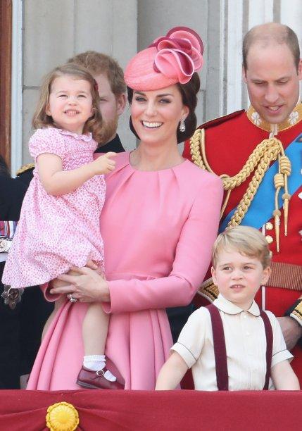 """<strong>20de maio de 2017</strong><span> - para o casamento de Pippa Middleton, a duquesa elegeu um v</span>estido rosado <strong>Alexander McQueen </strong>com decote em 'V"""" e mangas bufantes, além de uma saia fluida. Katearrematou a produção com <span>saltos nude e</span>um chapéu no mesmo tom do vestido, que adornou seu coque trabalhado."""