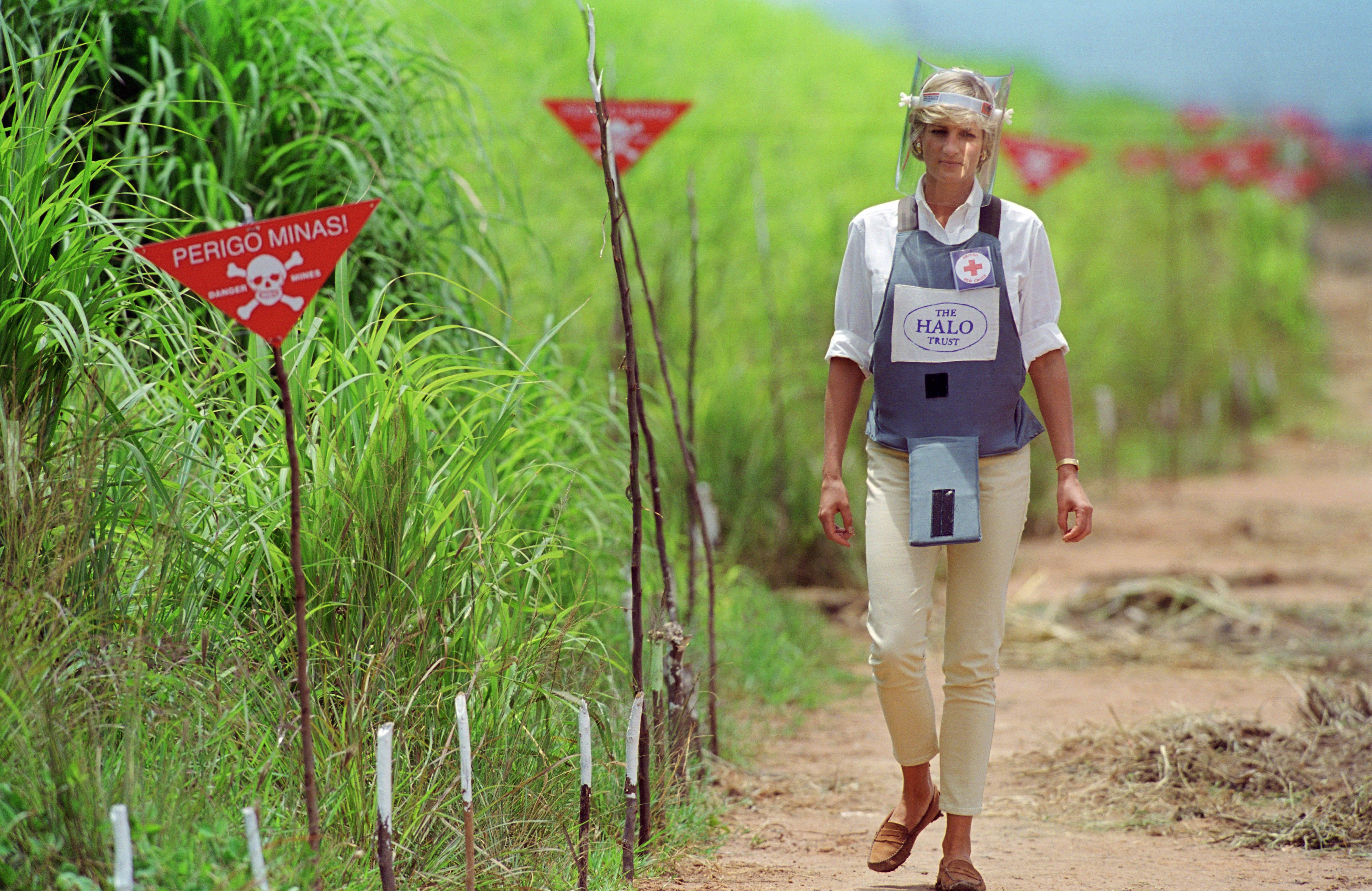Princesa Diana caminha por campo de minas terrestres na Angola